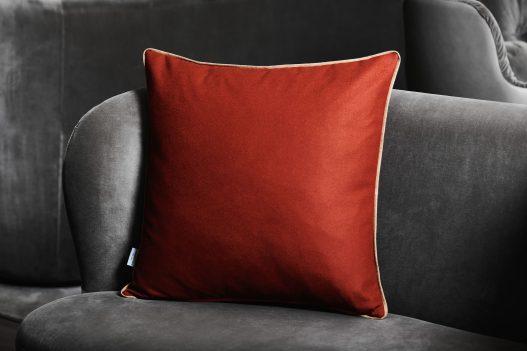 Rotes Kissen aus Merinoschurwolle von Leichtfried Loden